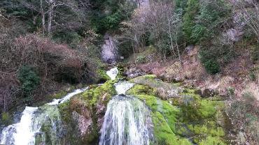Cascade verdoyante entre Eysus et Sarrance